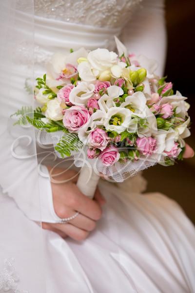 Свадебный букет из эустомы и кустовой розы