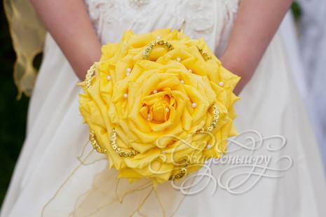 Желтая розамелия с пайетками и бусинами