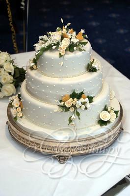 Классический свадебный торт с розочками